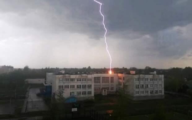 В Тверской области молния ударила в школу. Видео