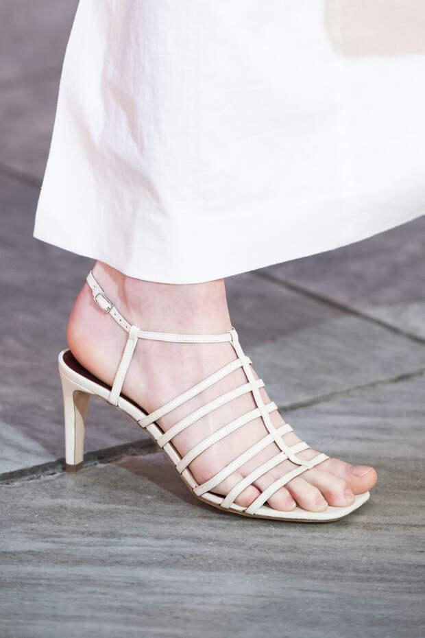 Обувь сезона весна-лето 2020: вьетнамки, вязаные сапоги и «мамины мюли» (фото 29)