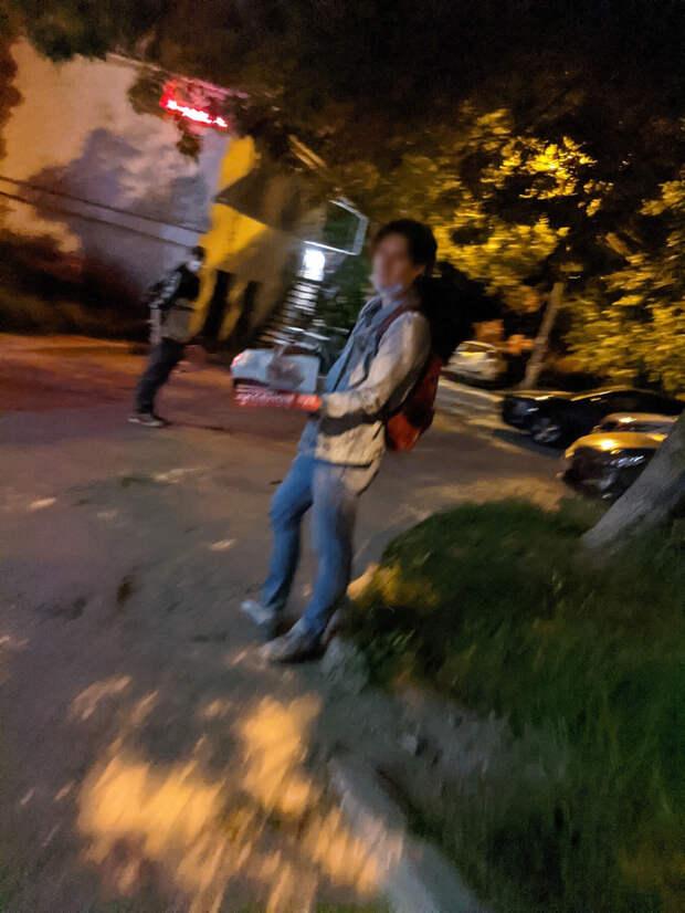 В Севастополе неизвестные обклеили машины и дома агитационными листовками