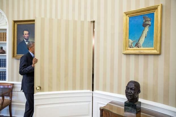 Обама разговаривает с сенатором Робом Портманом.