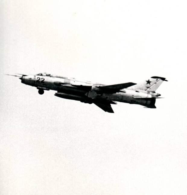 Самолет Су-17 борт 22 из 34-го инструкторского АПИБ убирает шасси после взлета с аэродрома Насосная (Кировабад). Машина несет два ПТБ-1100 под фюзеляжем. Подвеска двух баков была для Су-17 стандартной. Для вооружения оставались свободны четыре держателя 3-й группы – грузоподъемностью до 500 кг каждый