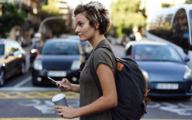 Как вернуть пешеходов в реальность: оторвать от смартфона!