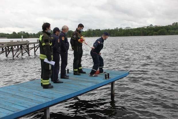 Спасатели САО проводят тренировки по спасению людей на воде