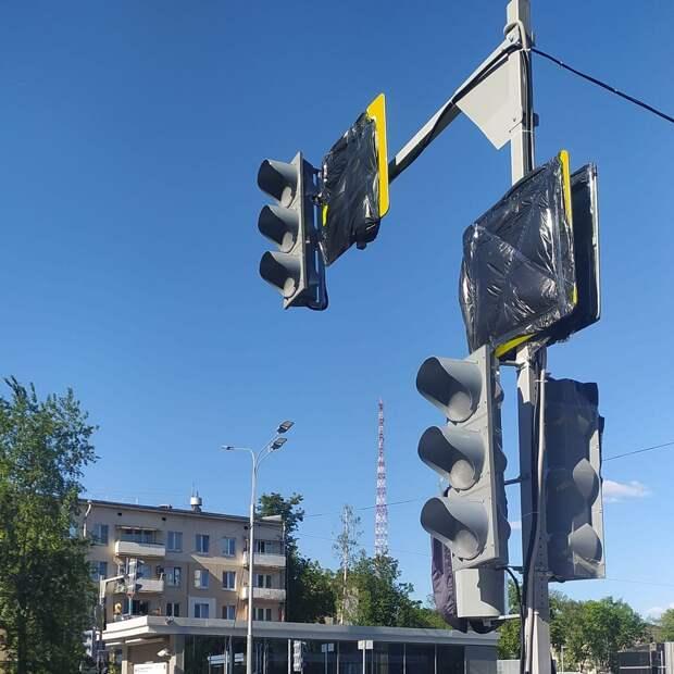 У станции метро «Народное Ополчения» устанавливают новые светофоры