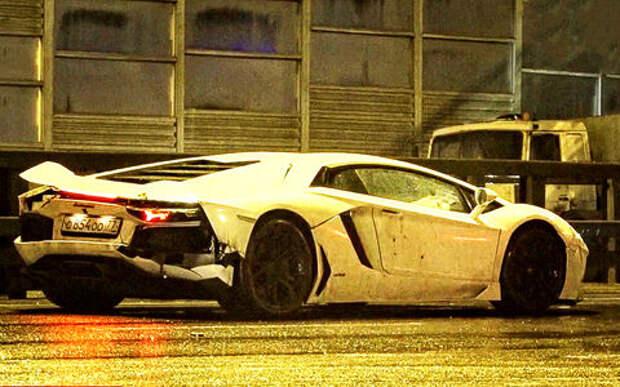 Девушка на Lamborghini опрокинула самосвал. Ее защитник напал на журналистов