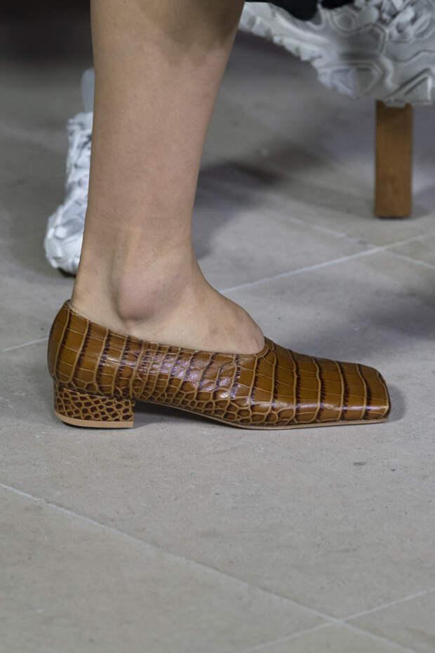 Обувь сезона весна-лето 2020: вьетнамки, вязаные сапоги и «мамины мюли» (фото 11)