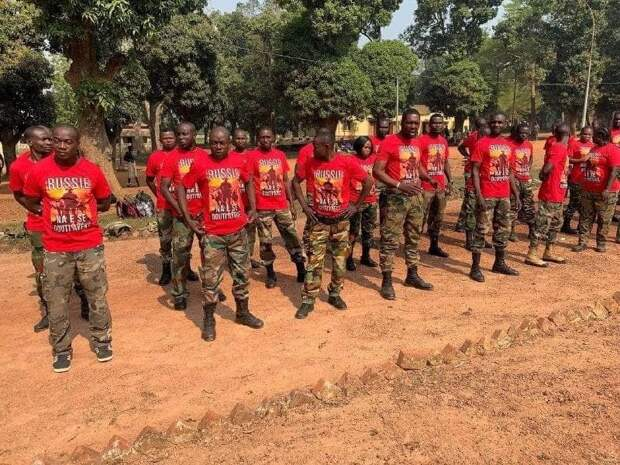 Инструкторы «ЧВК Вагнера» подарили солдатам ЦАР памятные подарки