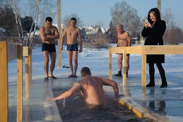Специалисты советуют, как правильно окунуться в крещенскую прорубь