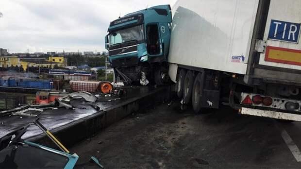 В Санкт-Петербурге фура повисла на мосту после смертельного ДТП