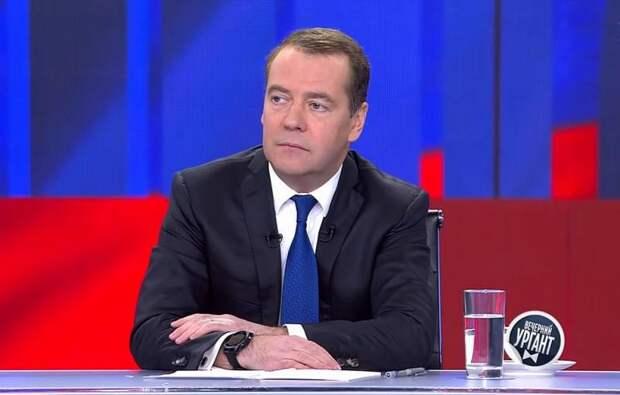 Медведев не исключил введения обязательной вакцинации россиян
