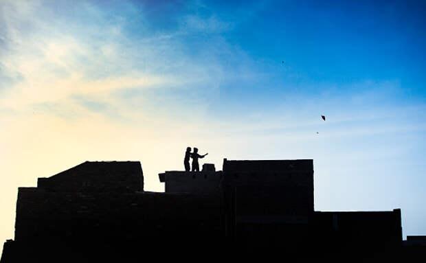 На Кашенкином Лугу жители заметили игравших на крыше автостоянки детей