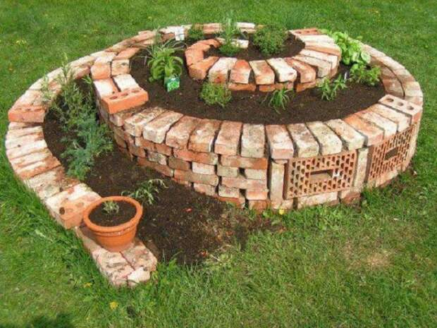 Спиральная клумба станет удачным решением для небольшого садового участка.