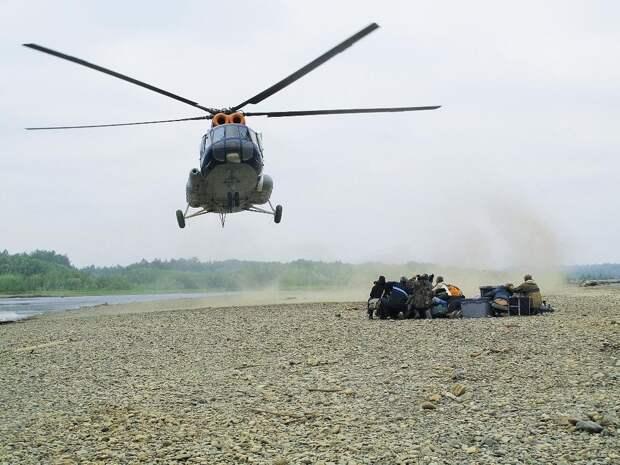 Долгожданный вертолёт. Погода портилась на глазах, с Охотского моря шёл циклон.