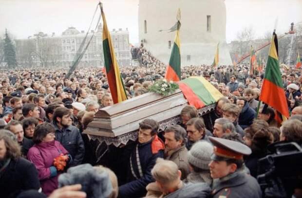 Толпы людей на похоронной процессии в Вильнюс, 16 января 1991 года.