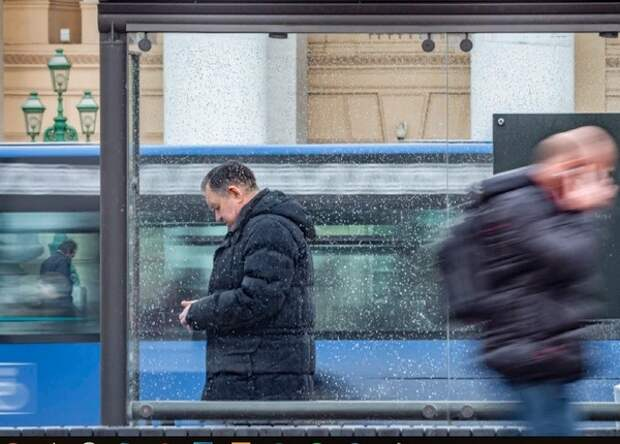 Автобус под управлением женщины наехал на остановку на юго-востоке Москвы, погиб человек