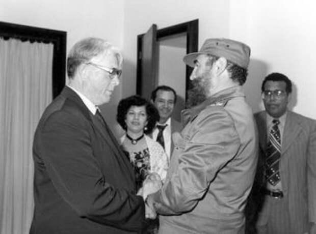 Встреча Петра Бургасова (слева) с Фиделем Кастро