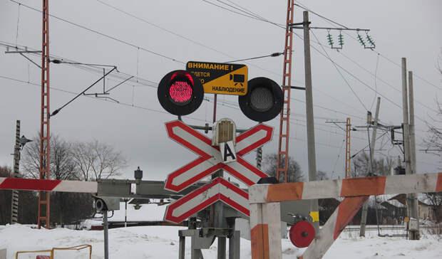 ВСвердловской области грузовик снефтепродуктами столкнулся с тепловозом