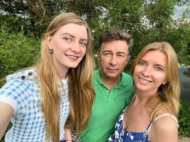 Валерий с супругой Виолой и младшей дочерью Виолой