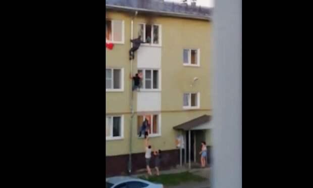 В Костроме мужчины спасли детей из горящей квартиры, поднявшись по водосточной трубе