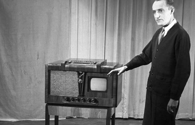 Польский актер Казимеж Рудский во время презентации советского телевизора «Ленин