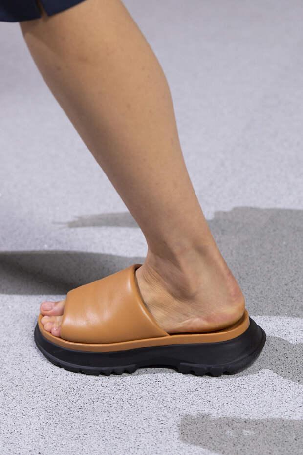 Обувь сезона весна-лето 2020: вьетнамки, вязаные сапоги и «мамины мюли» (фото 28)