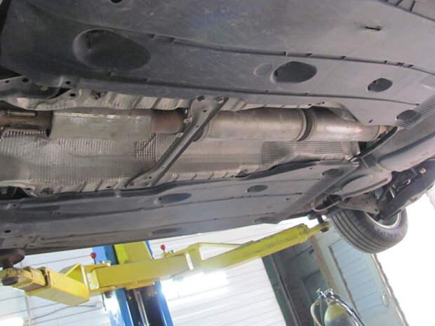 Прямоточный глушитель установлен скрытно под днищем авто