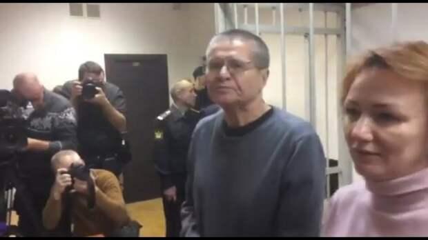 Бывший министр, ныне осужденный Улюкаев, написал в колонии стихи о Новом годе и душе