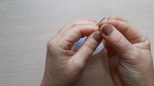 Полезное приспособление для рукодельниц: поможет легко вдеть нитку в иголку