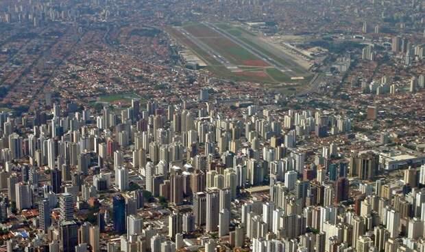 Сан-Паулу, Бразилия Аэропорт Конгоньяс По нынешним стандартам аэропорт считается устаревшим, и вопрос не ограничивается одной лишь инфраструктурой. Например, при строительстве аэропорта инженеры совсем не подумали о дренажной системе. В результате после дождя местные полосы становились настолько скользкими, что напоминали скорее каток. В 2007 году полосу прокладывали повторно и уже с водоотводами. Кроме того, аэропорт находится всего в 8 км от центра города, поэтому в какой-то момент был установлен максимально допустимый порог веса самолетов. Проблемы с пропускной способностью, постоянно всплывающие недоработки, требующие модернизациии, и близость городу не добавляют спокойствия пассажирам, продолжающих утверждать, что он один из самых опасных в мире.