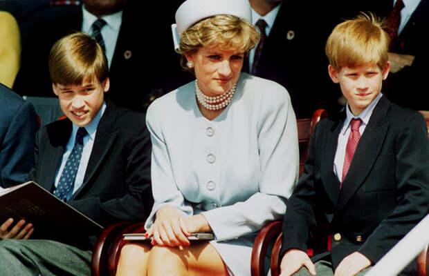 Принцесса Диана вместе с сыновьями Чарльзем (слева) и Гарри (справа).