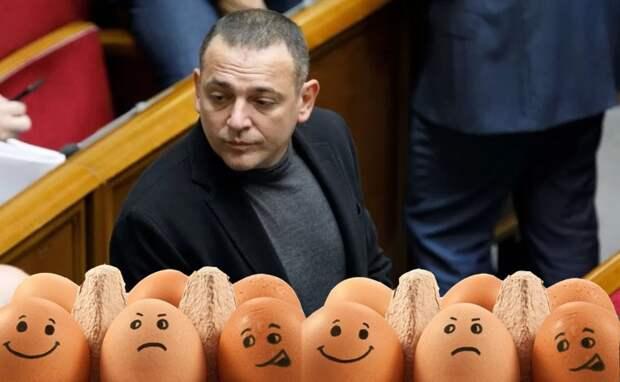 «Заказчик известен»: депутата от «Слуги народа» забросали яйцами