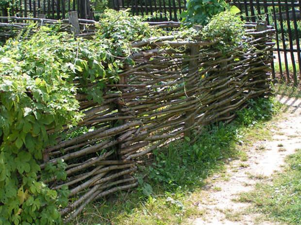 Плетеный забор в дизайне маленького участка