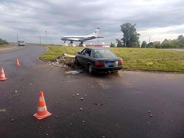 Пристегнутый водитель врезался в опору ЛЭП в Тверской области