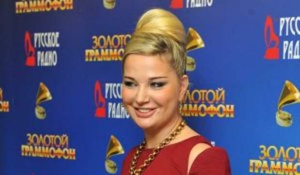 «Снова на коне!»: оголившаяся 43-летняя Максакова всполошила россиян