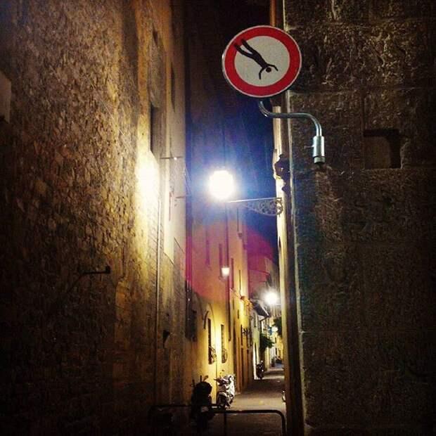 Передвигайтесь осторожнее, встречаются вываливающиеся из окон люди дорожный знак, знак, знаки, неведомая херня