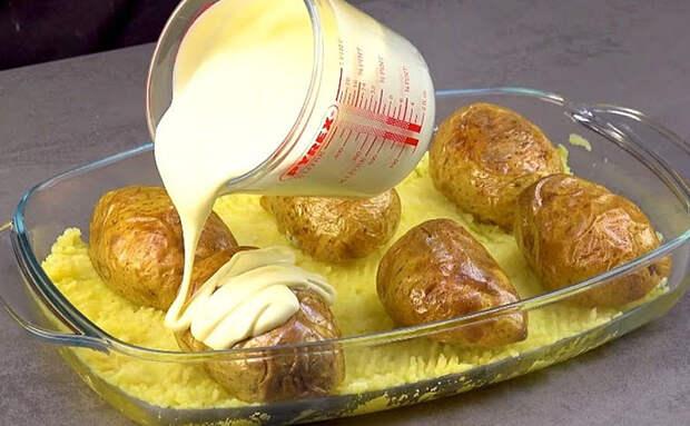 Фаршируем 6 картофелин и заливаем соусом. В начинке только 100 граммов колбасы, но все просят добавку
