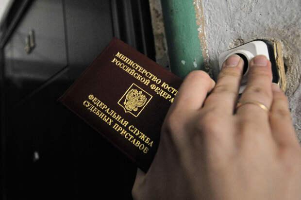 Приставы пришли к россиянке по поводу долга и спасли ее от пожара