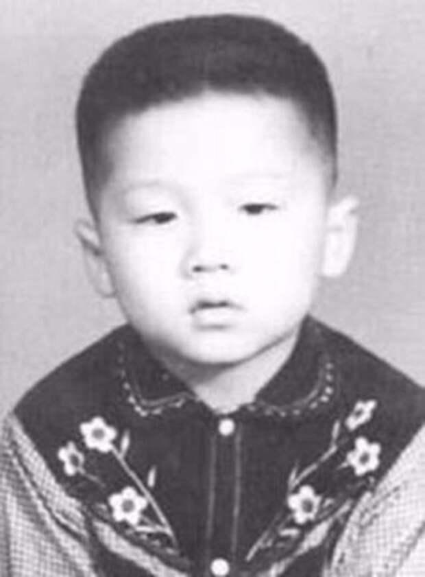 Гонконгский, китайский и американский актёр, каскадёр, кинорежиссёр, продюсер.