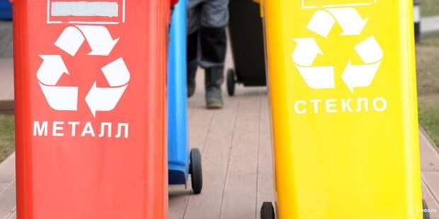 На Академика Комарова коммунальщики вернули мусорный бак на место