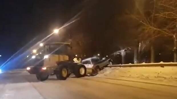 В Нижнем Тагиле авто чуть не упало с моста по ул Циолковского на железнодорожные пути