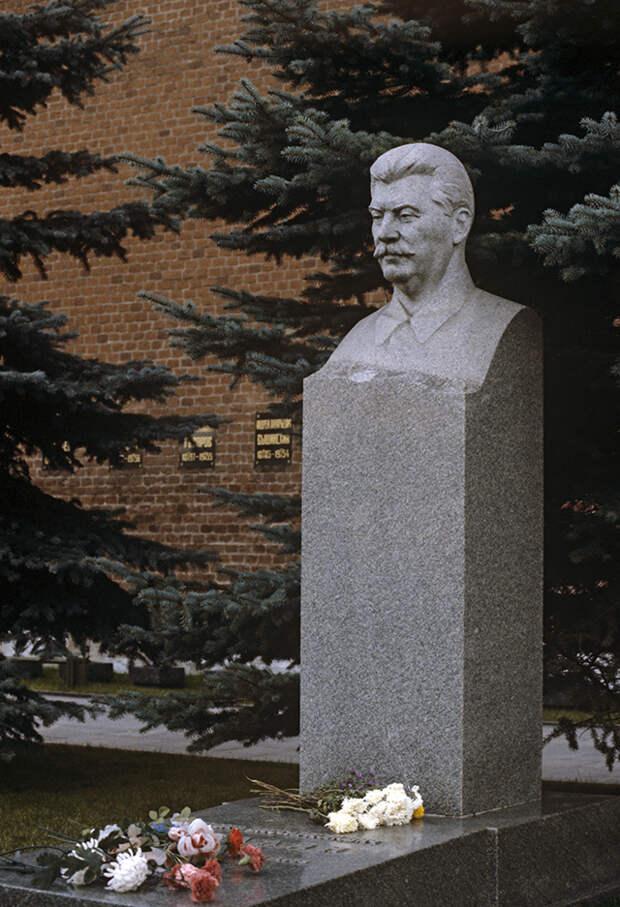 Памятник Иосифу Сталину у Кремлевской стены.