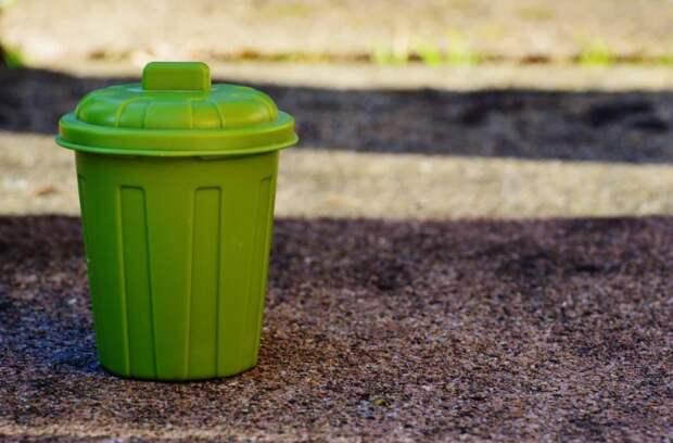 Гору мусора вывезли с контейнерной площадки на Снежной
