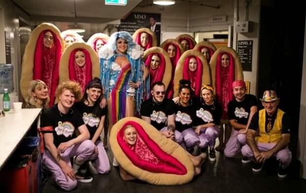 Современный балет: Танцовщицы в костюмах женских гениталий
