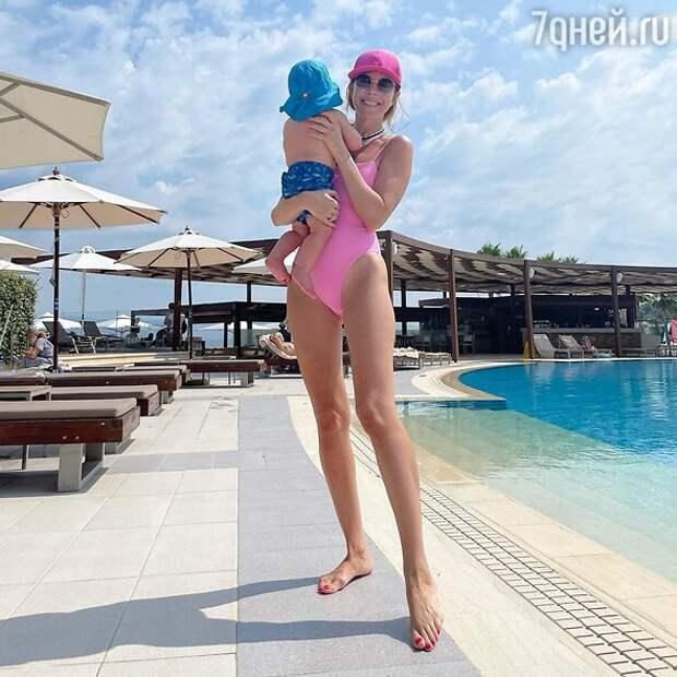 «Ноги от ушей!» Подольская в купальнике сразила невероятно стройной фигурой