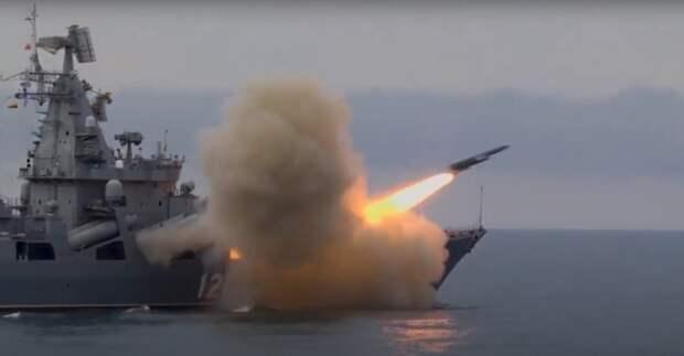 """Sohu: маневр крейсера ВМФ РФ """"Москва"""" вынудил корабль ВМС США спешно покидать Черное море"""