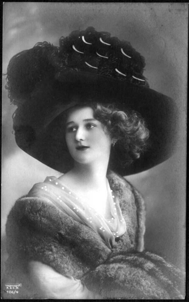 В зависимости от того, куда идет женщина, подбиралась соответственная модель шляпки.