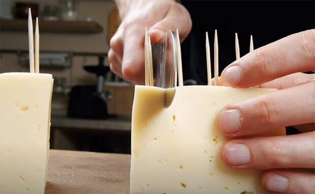Сыр в кляре в раскаленном масле: насаживаем на шпажки и делаем шашлычками