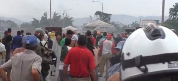 Война началась! В Сеть попали страшные кадры с границы Венесуэлы и Колумбии
