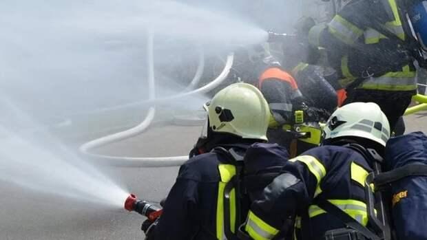 Пожарные в Тверской области спасли людей из горящей квартиры