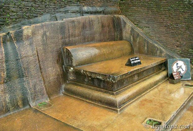 Каменный диван